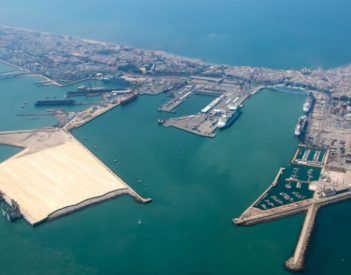 La terminal de contenedores de Cádiz acoge el montaje de ocho grúas para Tánger