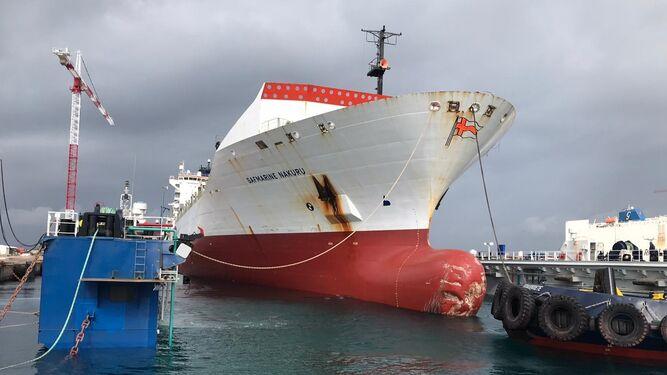 El astillero Cernaval estrena el dique flotante 'Crislaube' con la reparación de un portacontenedores