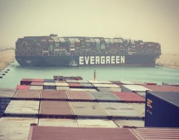 Los esfuerzos de salvamento continúan en Suez, pero la actualización de la línea de tiempo es incierta