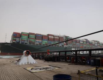 Cómo sacar un barco atascado en el canal de Suez
