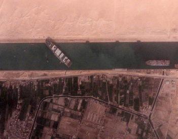 La maniobra que bloquea el mundo: cómo un carguero pudo encallar en el Canal de Suez